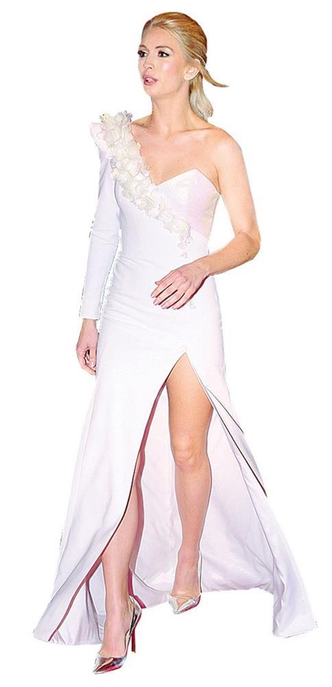 Yasemin Allen, derin yırtmaçlı beyaz elbisesiyle gecenin en dikkat çekici ismiydi.