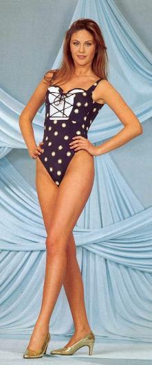 1977 doğumlu olan Şener, 1994 yılında mankenlik yapmaya başladı.Bir yıl sonra katıldığı güzellik yarışmasında Türkiye Güzeli seçildi.