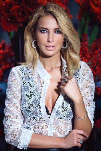 Kanal D'de çocuk programları yapımcılığı ve program sunuculuğu yaptı.2000 ile 2005 yılları arasında CNN Türk'te spor departmanında dış haber editörlüğü, muhabirlik ve spor spikerliği yaptı. Daha sonra oyunculuğa yöneldi. Şu sıralar rol aldığı reklam filmleriyle ekrana geliyor.
