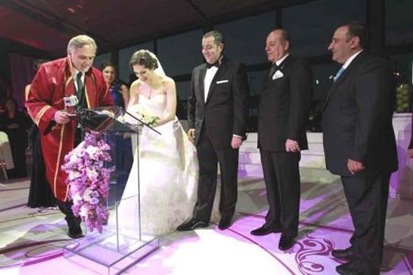 ATA DEMİRER - ÖZGE BORAK  Ata Demirer ile Özge Borak böyle evlenmişti. Ancak bu mutluluk mazide kaldı.