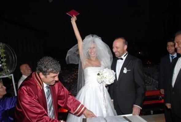 """BERGÜZAR KOREL - HALİT ERGENÇ  Binbir Gece dizisiyle şöhretin zirvesine çıkan iki ünlü oyuncu Bergüzar Korel ve Halit Ergenç, Les Ottomans Otel'de evlendi. Korel, şahitler huzurunda atılan imzanın ardından böyle poz verdi. Çiftin Ali adında bir de oğlu var.  <a href= http://mahmure.hurriyet.com.tr/foto/magazin/onlar-eskiden-evliydi_41342 style=""""color:red; font:bold 11pt arial; text-decoration:none;""""  target=""""_blank"""">Onlar Eskiden Evliydi!"""