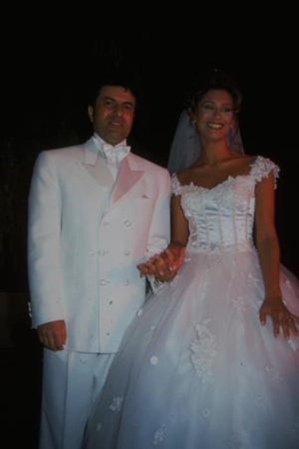 COŞKUN SABAH - CEYDA OKAY  Sanatçı Coşkun Sabah, manken Ceyda Okay ile Conrad Oteli Havuzbaşı'nda yapılan törenle dünyaevine girdi. Sabah, törenin ardından eşiyle ilk pozunu verdi.. Çift şu sıralar boşanmak için mahkemeye başvurdu.