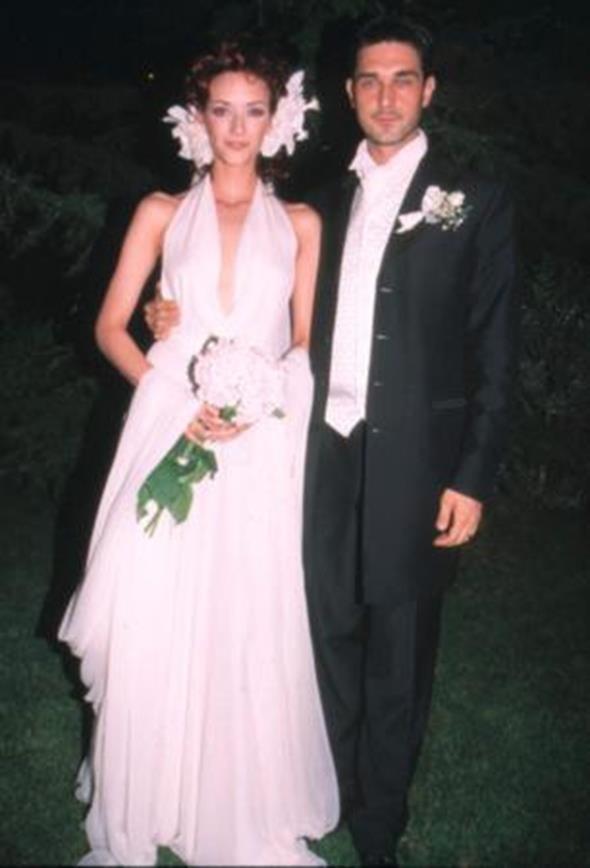BURAK HAKKI - SEMA ŞİMŞEK  Podyumların örnek çiftlerinden Burak Hakkı ve Sema Şimşek yakın dostlarının katıldığı düğün töreni ile 2001 yılında evlendi. Çift nikah gecesini bu pozla ölümsüzleştirdi. Ancak mutluluk 11 yıl sonra gelen ayrılıkla bozuldu