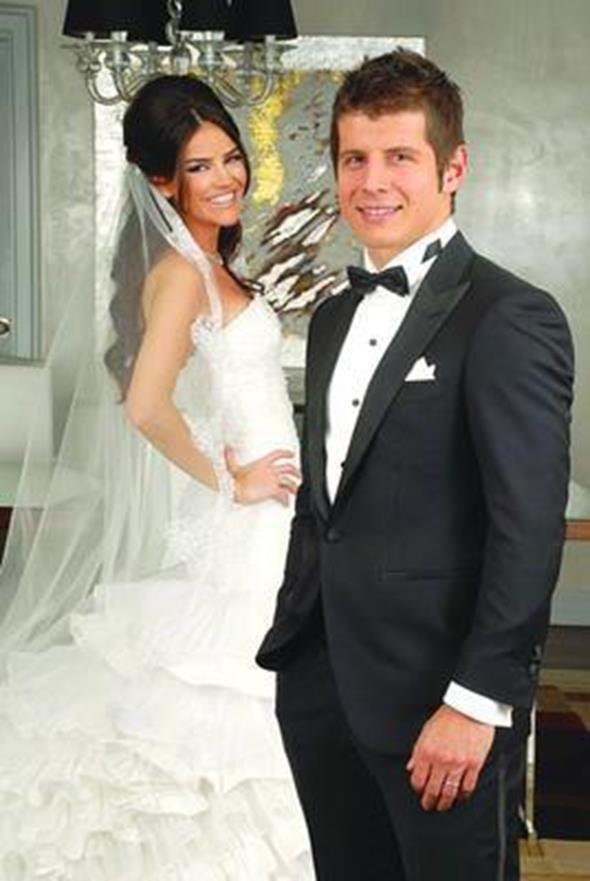 EMRE BELÖZOĞLU - TUĞBA GÜREVİN  Fenerbahçeli yıldız futbolcu Emre Belözoğlu bir süredir birlikte olduğu Tuğba Gürevin ile evlendi. Çift nikahın ardından böyle poz verdi.