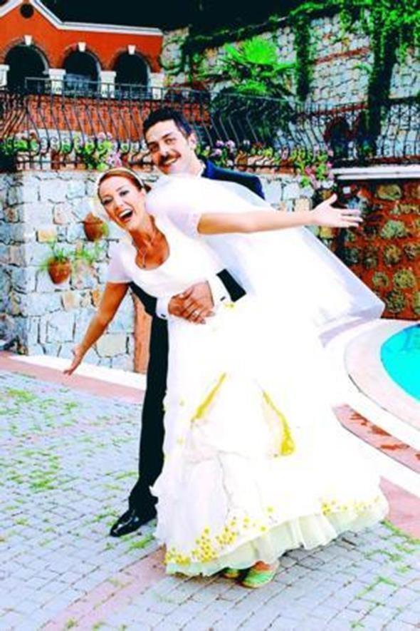 DOLUNAY SOYSERT - SİNAN TUZCUOĞLU  Oyuncu Dolunay Soysert kendisi gibi oyuncu olan Sinan Tuzcu ile 2007 yılında evlendi ve bu kare çiftin nikahından hemen sonra çekildi. Ünlü çift geçtiğimiz günlerde boşandı.