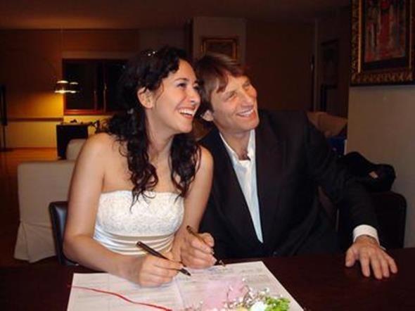 KAYA ÇİLİNGİROĞLU - FERAYE TANYOLAÇ  İşadamı Kaya Çilingiroğlu uğruna eşinden boşandığı Feraye Tanyolaç ile evlendi. Çift sürpriz nikahı fotoğraf karesiyle ölümsüz kıldı. Ancak onlar da beklenmedik bir şekilde ayrıldı.