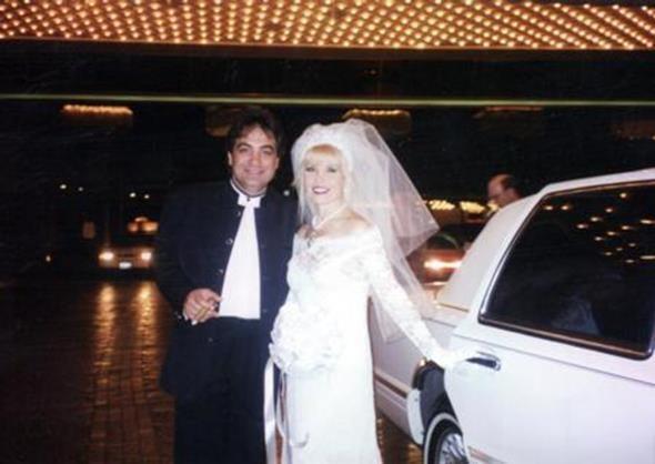 GÖNÜL YAZAR - FAHRETTİN AKÇINAR  Gönül Yazar, işadamı Fahrettin Akçınar ile 1997 yılında Las Vegas'ta evlendi. Yazar ve Akçınar atılan imzaların ardından objektif karşısına geçti. Gönül Yazar'ın bu evliliği de boşanmayla sonuçlandı.