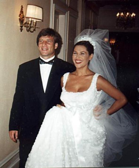HÜLYA AVŞAR - KAYA ÇİLİNGİROĞLU  Hülya Avşar işadamı Kaya Çilingiroğlu ile 1997 yılında Paris'te evlendi. Çift o anı böyle ölümsüzleştirdi. Zehra isimli bir kızları olan Çilingiroğlu ve Avşar, 2005 yılında yollarını ayırdı.