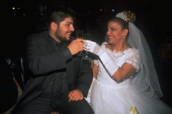 KİBARİYE - ALİ KÜÇÜKBALÇIK  Şarkıcı Kibariye kendisinden 19 yaş küçük olan Ali Küçükbalçık ile 1999 yılında nikah masasına oturdu. İşte o geceye ait bir fotoğraf.