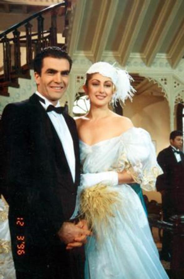 MUAZZEZ ERSOY - İSMET ÖZHAN  Türk Sanat Müziği'nin güçlü sesi Muazzez Ersoy, kliplerinde rol alan ve Kalbimi Kıra Kıra' dizisinde birlikte oynadığı manken İsmet Özhan'la Malkara'da sürpriz bir evlilik yaptı.Çift nikahtan sonra objektiflerin karşısına geçti. Ancak mutluluk uzun sürmedi ve ikili yollarını ayırdı.