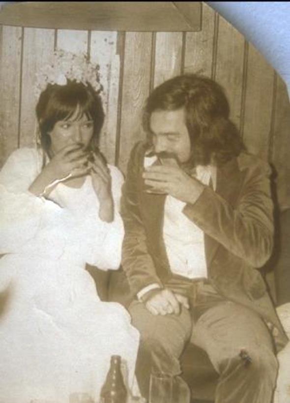 MÜJDE AR - SAMİM DEĞER  Oyuncu Müjde Ar, ilk evliliğini dönemin ünlü yönetmenlerinden Samim Değer ile yaptı. İşte o günlere ait bir kare...