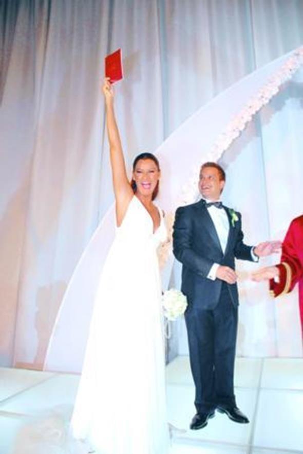 PINAR ALTUĞ - YAĞMUR ATACAN  Oyuncu Pınar Altuğ 2008 yılında kendisi gibi oyuncu olan Yağmur Atacan ile nikah masasına oturdu.Altuğ, nikahın ardından nikah cüzdanı ile poz verdi.
