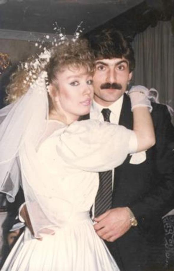 SEDA SAYAN - RIDVAN KILIÇ  Seda Sayan ilk evliliğini 1987 yılında futbolcu Rıdvan Kılıç ile yaptı. Çift nikahın ardından böyle poz verdi.