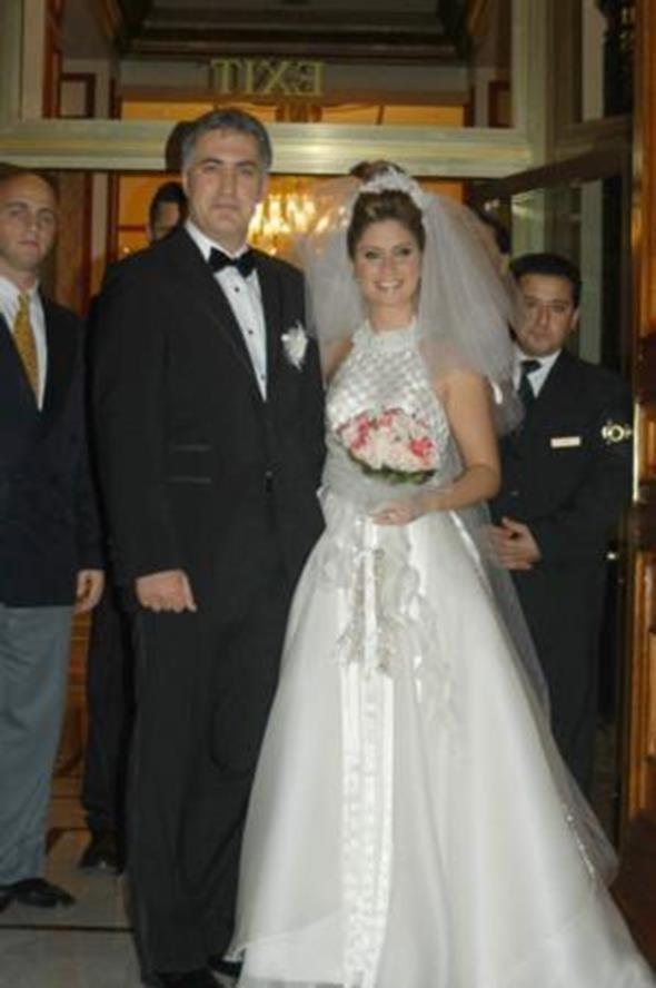 TAMER KARADAĞLI - ARZU BALKAN  Tamer Karadağlı 8 yıldır beraberliğini sürdürdüğü Arzu Balkan ile dünya evine girdi. Çırağan Sarayı'ndaki düğün töreninde çiftin nikahını döneminŞişli Belediye Başkanı Mustafa Sarıgül kıydı. Mutluluk uzun sürmedi ve çift yollarını ayırdı.