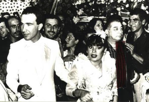 SEZEN AKSU - SİNAN ÖZER  Sezen Aksu 10 Temmuz 1981'de oğlu Mithat Can'ın babası Sinan Özer ile evlenmişti. Ancak Özer ve Aksu'nun evliliği uzun sürmedi.