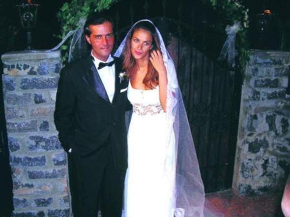 TÜLİN ŞAHİN - MEHMET ÖZER  Tülin Şahin iş adamı Mehmet Özer ile Swisotel Chalet Bahçede 2005 yılında evlendi.İşte o güne ait bir fotoğraf...