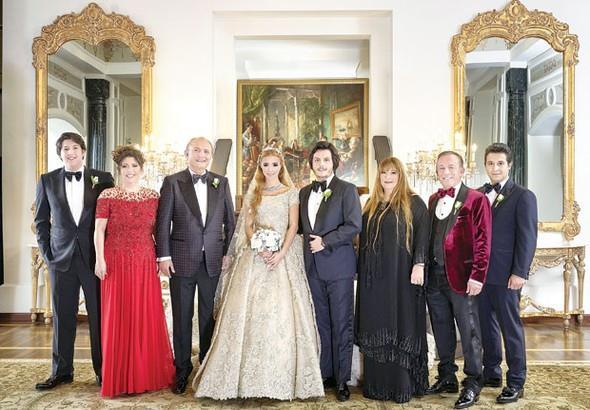 Ağaoğlu Şirketler Grubu Yönetim Kurulu Başkanı Ali Ağaoğlu kızını evlendirdi. Sena Ağaoğlu, önceki akşam Çırağan Sarayı'nda düzenlenen düğün töreninde işadamı Mustafa Kırcal'ın oğlu Koray Kırcal'la nikâh masasına oturdu.  Kaynak: Hürriyet