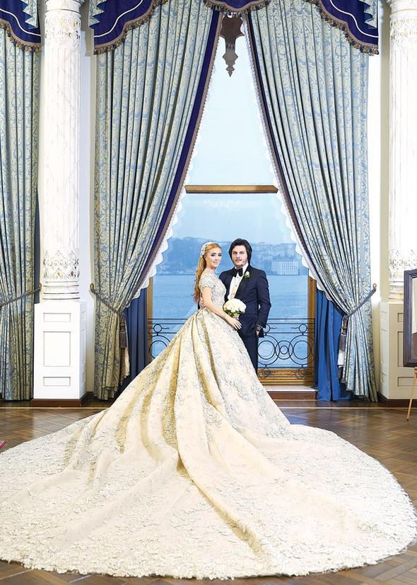 Görkemli düğün töreninde genç çiftin nikâhını Beşiktaş Belediye Başkanı Murat Hazinedar kıydı. Nikâh şahitliklerini ise Hüseyin Ağaoğlu, Nurcihan Özhabeş, Mustafa Sadık Özhabeş, Ümran İnal ve Süleyman Kırcal yaptı.