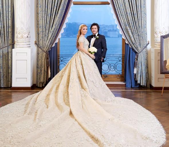 """Öte yandan Çırağan Sarayı'nın gelin odası, Sena Ağaoğlu'na küçük geldi. Ağaoğlu, hazırlanmak için geceliği 50 bin dolar olan Sultan Süiti'ni tercih etti. Bu yıl Forbes dergisi tarafından """"Dünyanın En Lüks 10 Süiti"""" arasında gösterilen süit, İstanbul'a gelen dünya yıldızlarının da tercihi. Odada son olarak Madonna kalmıştı.   Ünlüler Çocuklarını Böyle Evlendirdi"""