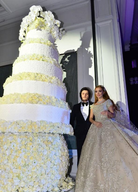 Sena Ağaoğlu ve Koray Kırcal, düğünde 5 katlı devasa bir pasta kesti. Ardından şampanya kadehlerini havaya kaldıran çift, davetlilere düğüne geldikleri için teşekkür etti.