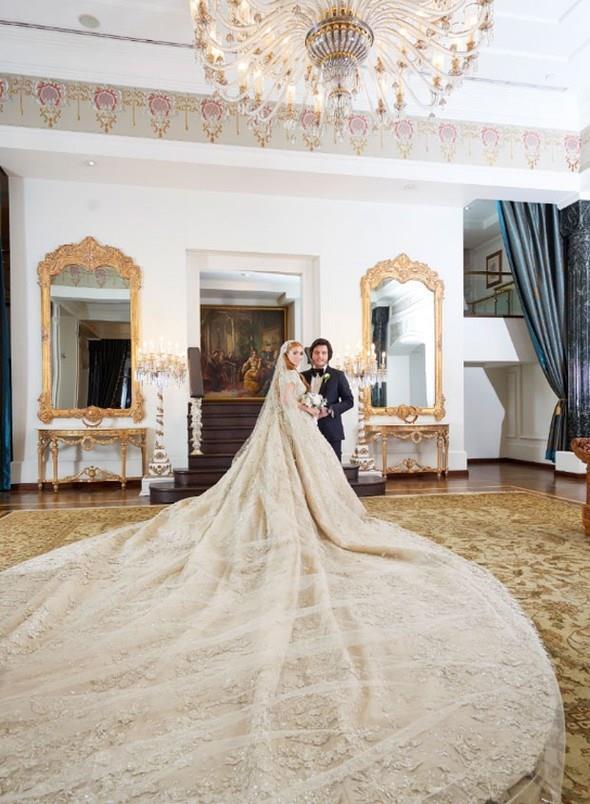 Gelinliği Servet Değerinde  Sena Ağaoğlu'nun giydiği Zuhair Murad imzalı gelinliğin fiyatının 300 bin euro olduğu konuşuluyor. Gelinlik, 37 kilo ağırlığında.