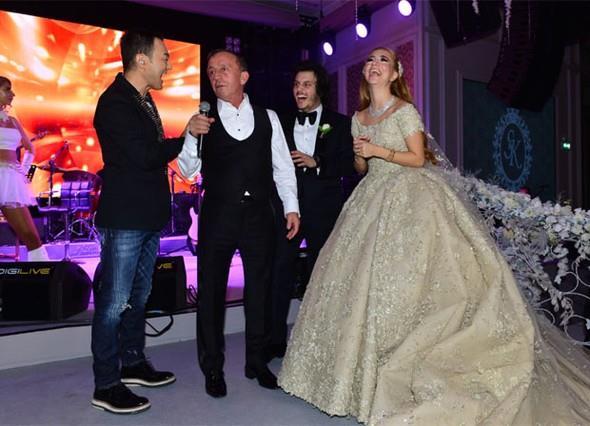Düğüne şarkılarıyla renk katan Serdar Ortaç, Ali Ağaoğlu ile gelin ve damadı da sahneye çıkardı.