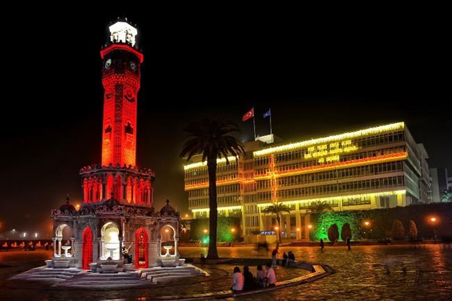 İzmir, Türkiye    Türkiye'nin Batı'ya açılan penceresi İzmir'de yaklaşan yeni yılla birlikte sokaklar ışıl ışıl bir görünüme kavuşuyor. Kentin meydanları süslenirken, geleneksel yeni yıl konseri Cumhuriyet Meydanı'nda gerçekleşiyor. Eğlenmek isteyenlerin tercihleri arasında Alsancak Kıbrıs Şehitleri Caddesi, Bostanlı, İnciraltı, Turan ve Bornova gibi yerler bulunuyor.