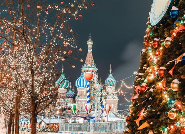 Moskova, Rusya    Yılbaşında gidilecek şehirler arasında ilk sıralarda yer alıyor. Her yıl, yılbaşına günler kala yağan karın bembeyaz bir örtüyle kapladığı Moskova sokakları, romantik bir kutlama için güzel bir adres. Şehirde, etkileyici mimari yapılarla bütünleşen karın masalsı görüntüsü insanı baştan çıkarıyor. Moskova'da kutlamalar için toplanma merkezi ise Kızıl Meydan.