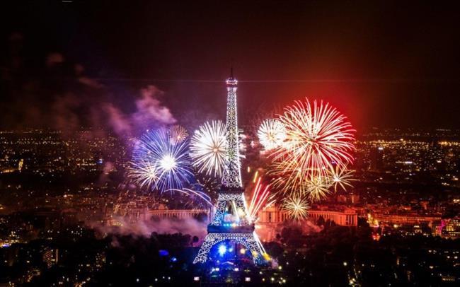 """Paris, Fransa   Yılbaşına bir ay kala cadde ve sokaklarında görsel bir şölen başlayan Paris, Noel kutlamaları ile yeni yıl coşkusunu bir arada yaşıyor. Champs-Elysees Bulvarı ve Eyfel Kulesi çevresinde toplanan insanların hep bir ağızdan söylediği şarkılar ve sokak partileriyle doyasıya eğlence yaşanıyor.  <a href=  http://mahmure.hurriyet.com.tr/foto/yasam/kis-yolculuklari-icin-valiz-hazirlama-onerileri_41523  style=""""color:red; font:bold 11pt arial; text-decoration:none;""""  target=""""_blank""""> Kış Yolculuklarında Valiz Hazırlama Önerileri İçin Tıklayın!"""