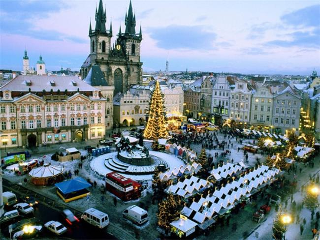 Prag, Çek Cumhuriyeti   Dünyanın en romantik ve etkileyici şehirleri arasında gösterilen Prag, klasik müzik dinletileri, Vltava Nehri'nde tekne turları, havai fişek gösterileri ve eğlence mekanlarındaki partileriyle keyifli bir atmosfer sunuyor. Saatler gece yarısına yaklaştığında Prag'da herkes sokaklara dökülüyor.