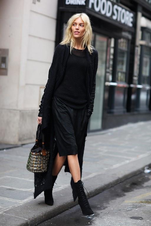 Şehirli modern kadının tarzı diyebiliriz. Kısa çizmeler ve tek parça kıyafet fazlasıyla modern ve güzel bir kış kombini.