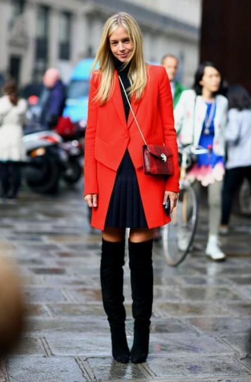 Harika renkli bir kaban ve buna uygun siyah boğazlı bir kazak, tarz bir çanta ve çorap çizme ayakkabı stili.
