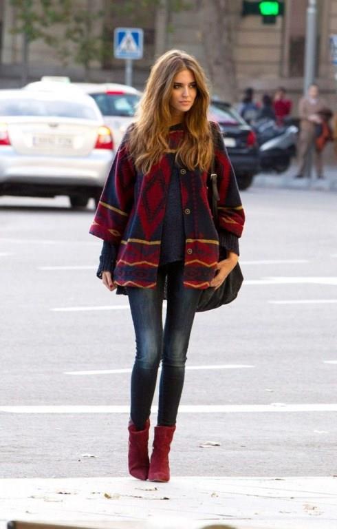 Kot pantolon tutkunları soğuk havalarda da düşünüldü. Kot pantolonsuz kesinlikle olmaz. Pantolonun rengine uygun renkli bir kazak ve çanta seçilmiş,kadife botlar da başka bir harika.