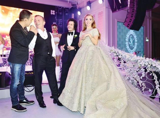 """Düğüne şarkılarıyla renk katan Serdar Ortaç, Ali Ağaoğlu ile gelin ve damadı da sahneye çıkardı.  <a href=  http://mahmure.hurriyet.com.tr/foto/magazin/ali-agaoglu-damadina-yali-hediye-etti_41549  style=""""color:red; font:bold 11pt arial; text-decoration:none;""""  target=""""_blank""""> Ali Alioğlu damadına 8 milyon dolarlık hediye aldı! Bakın bu hediye neymiş?"""
