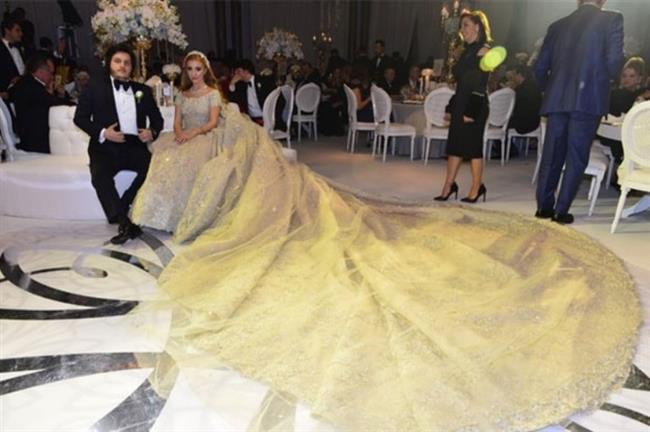 MASRAFTAN KAÇINMADI    Damat Koray Kırcal, rüya gibi bir düğün için kesenin ağzını açtı, hiçbir masraftan kaçınmadı. Her detayın düşünüldüğü düğün töreninde Sena Ağaoğlu, dünyaca ünlü moda tasarımcısı Zuhair Murad'ın imzasını taşıyan bir gelinlik giydi. Fiyatının 300 bin euro olduğu söylenen gelinlik, düğünün en dikkat çekici detayıydı.