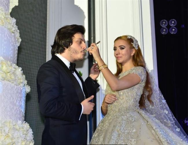 DAMADA 8 MİLYON DOLARLIK HEDİYE    Ali Ağaoğlu da Koray Kırcal gibi bonkör davrandı. Ünlü işadamı, damadına servet değerinde bir düğün hediyesi verdi. Ağaoğlu, Emirgan'dan aldığı üç katlı köşkün tapusunu düğünde Kırcal'a teslim etti. Köşkün fiyatı ise 8 milyon dolar.