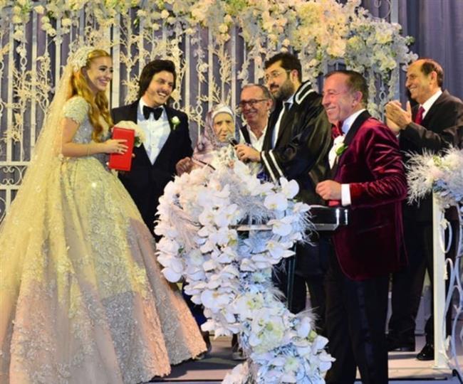 """EVİME ADIM ATTIĞINDA ELİME TÜFEĞİ ALDIM     Düğünde Serdar Ortaç sahneye çıktı. Gecenin ilerleyen saatlerinde gelin ve damatla birlikte Ali Ağaoğlu'nu sahneye davet eden ünlü şarkıcı, işadamına """"Damat bey kızınızı istemeye geldiğinde, ilk tepkiniz ne oldu?"""" diye sordu. Ağaoğlu, esprili bir yanıt verdi: """"Ortaköy'deki evime geldiğinde kapıdan içeri adım attığı gibi elime tüfeği aldım ve bir şarjör boşalttım. Maşallah bizim damatta hiçbir tepki yok! Dimdik, korkusuzca durunca, kızıma layık yürekli bir adammış diye düşündüm."""""""