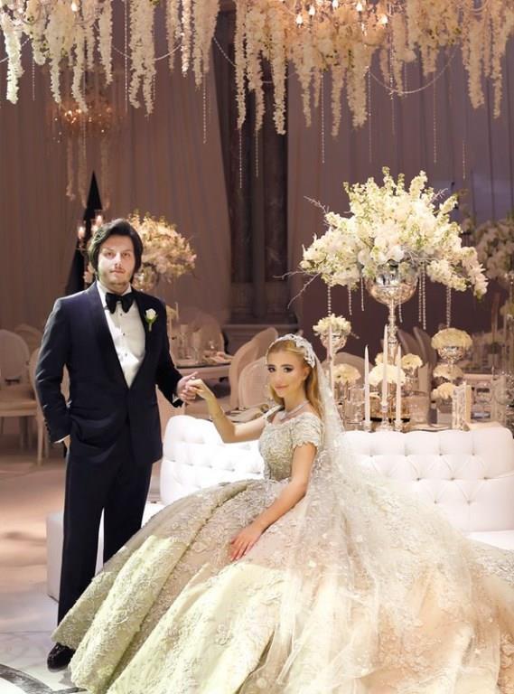 Koray Kırcal, düğünde eşi Sena Ağaoğlu'na 3 milyon TL değerinde 12 karatlık tek taş yüzük taktı.   Hiçbir lüksün unutulmadığı düğünün maliyeti 60 milyon TL'yi buldu.