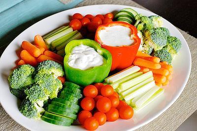 """Ne yersem """"o olurum"""" mottosuna inanın. Yemek tabağınızın yarısından fazlasının sebze olmasına dikkat edin."""