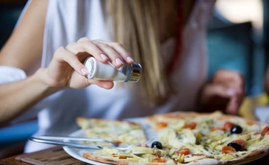 Yemekte tuzluk kullanma alışkanlığını bırakın. Yemeğin içindeki tuz miktarı sizin için yeterli olacaktır.