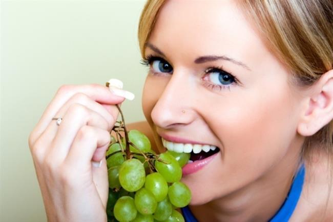 İspanya'da gece yarısı çanlar çalarken her bir vuruş için bir üzüm tanesi yemek adettendir.