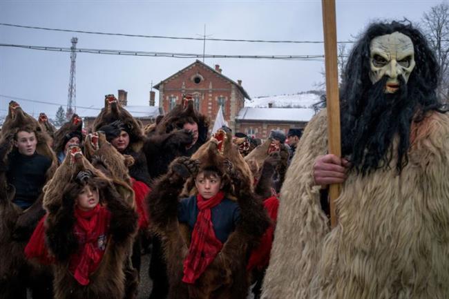 Romanya'da da ayı postu giyen insanlar sokakları gezip dans ediyor. Bu sayede kötü ruhların uzak durduğuna inanılıyor.