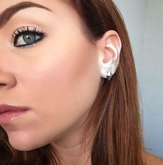 Her gün yeni bir akımla karşı karşıya geldiğimiz bu dönemde modanın yeni gözdesi de kulak kenarlarına makyaj yapmak oldu.