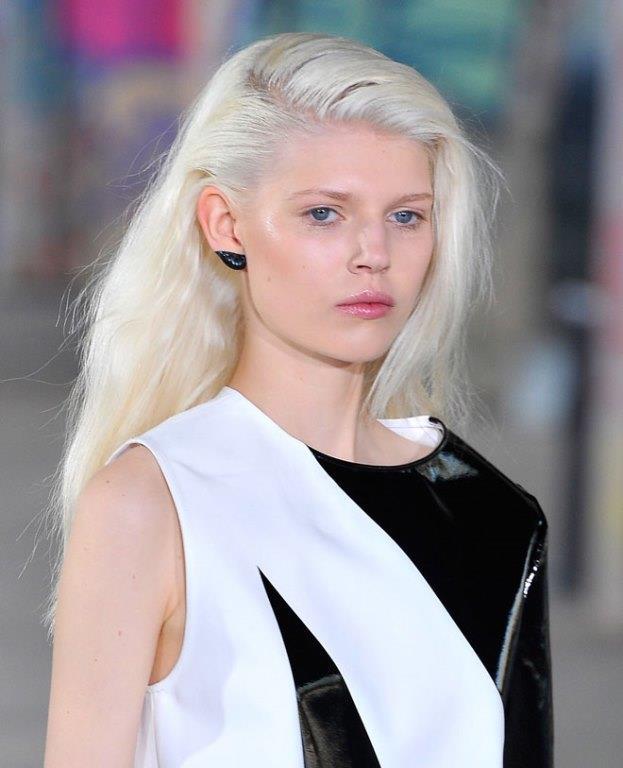 - Eyeliner  bunu sadece far ile değil klasik ya da spor görünüm kazanmak için eyeliner ile de yapılabilir.