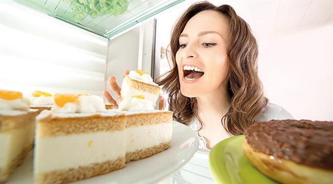 Tatlı İsteğinin Önüne Geçiyor  Yanlış duymadınız! Bir kase yoğurt tüketerek tatlı isteğinizi önleyebilirsiniz. Bir kase yoğurt protein, karbonhidrat ve yağ miktarını dengeli bir şekilde içerdiği için kan şekerinin dengelenmesini sağlıyor. Sağlıklı beslenmenin temel taşlarından biri de kan şekerinin dengeli olmasını sağlamaktır. Üstelik kan şekeriniz ne kadar dengeli olursa abur-cubur ve tatlı istekleriniz de o kadar az olacaktır. Özellikle canınız tatlı istediğinde ise ev yapımı meyveli yoğurt yaparak ya da meyve ve yoğurdu blenderdan geçirdikten sonra dondurarak son derece sağlıklı tatlılar elde edebilirsiniz.