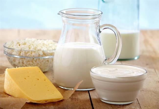Süt seçiminde bunlara dikkat!  Yoğurt yaparken tercih edeceğiniz sütün sağlıklı ve hijyenik kurallara uygun olarak size ulaşması çok önemli. Zira süt mikroorganizmaların üremesi için çok iyi bir ortam oluşturduğundan çok kolay bozuluyor.   Yoğurdunuzu günlük sütten yapmaya ya da açık süt alıyorsanız güvenilir yerlerden almaya dikkat edin.   Günlük süt alsanız dahi ocağa koyduğunuzda mutlaka kaynatın. Özellikle iyi kaynamayan açık sütlerden başta tüberküloz, brusellozis ve kuduz olmak üzere birçok hastalık bulaşabiliyor.  Açık sütü kaynatırken fokurdadıktan sonra ocağın altını kısıp, en fazla 5 dakika daha kaynatın. Yapılan çalışmalar, gereğinden fazla kaynatılan sütteki vitamin ve minerallerde büyük kayıp olduğunu ortaya koyuyor.