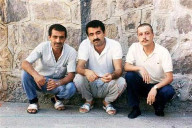 İbrahim Tatlıses   1987'de İzmir Fuarı'nda çekim yapmasına izin vermeyen polislerle tartıştı. Tatlıses polise hakaretten Buca Cezaevi'nde 16 gün hapis yatmıştı.