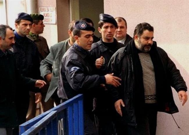 """Ahmet Kaya   'PKK'ya yardım ve yataklık yapmak suçlamasıyla dava açılan Ahmet Kaya, bir süre sonra yurt dışına çıkmak zorunda kalmış ve yargılama sonunda 3 yıl 9 ay hapis cezasına mahkûm edilmişti.  <a href=  http://mahmure.hurriyet.com.tr/foto/magazin/iste-o-sarkilarin-hikayeleri_41150  style=""""color:red; font:bold 11pt arial; text-decoration:none;""""  target=""""_blank"""">Bu Şarkıyı Hapishane Arkadaşına Yazdığını Biliyor muydunuz?"""