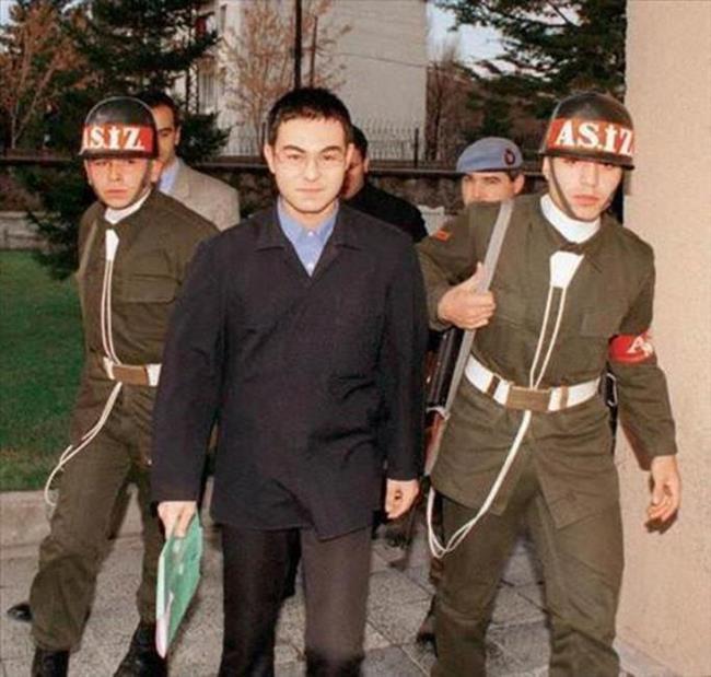 Serdar Ortaç   Pop müziğin ünlü ismi Serdar Ortaç 1999 yılında 'Askerlikten kısmen veya tamamen kurtulmak için hile yapmak' suçundan 54 gün Mamak Askeri Cezaevi'nde kaldı.