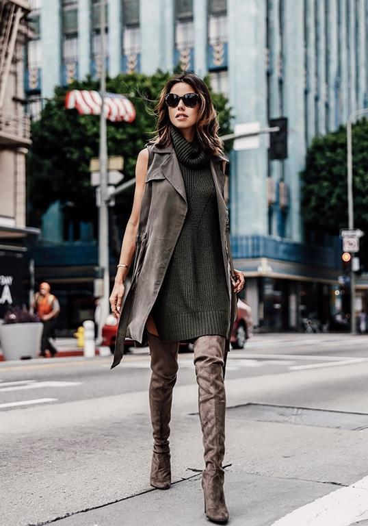Dizüstü çizmenizi salaş bir triko elbiseyle kombinlerseniz, günlük bir stil oluşturabilirsiniz.